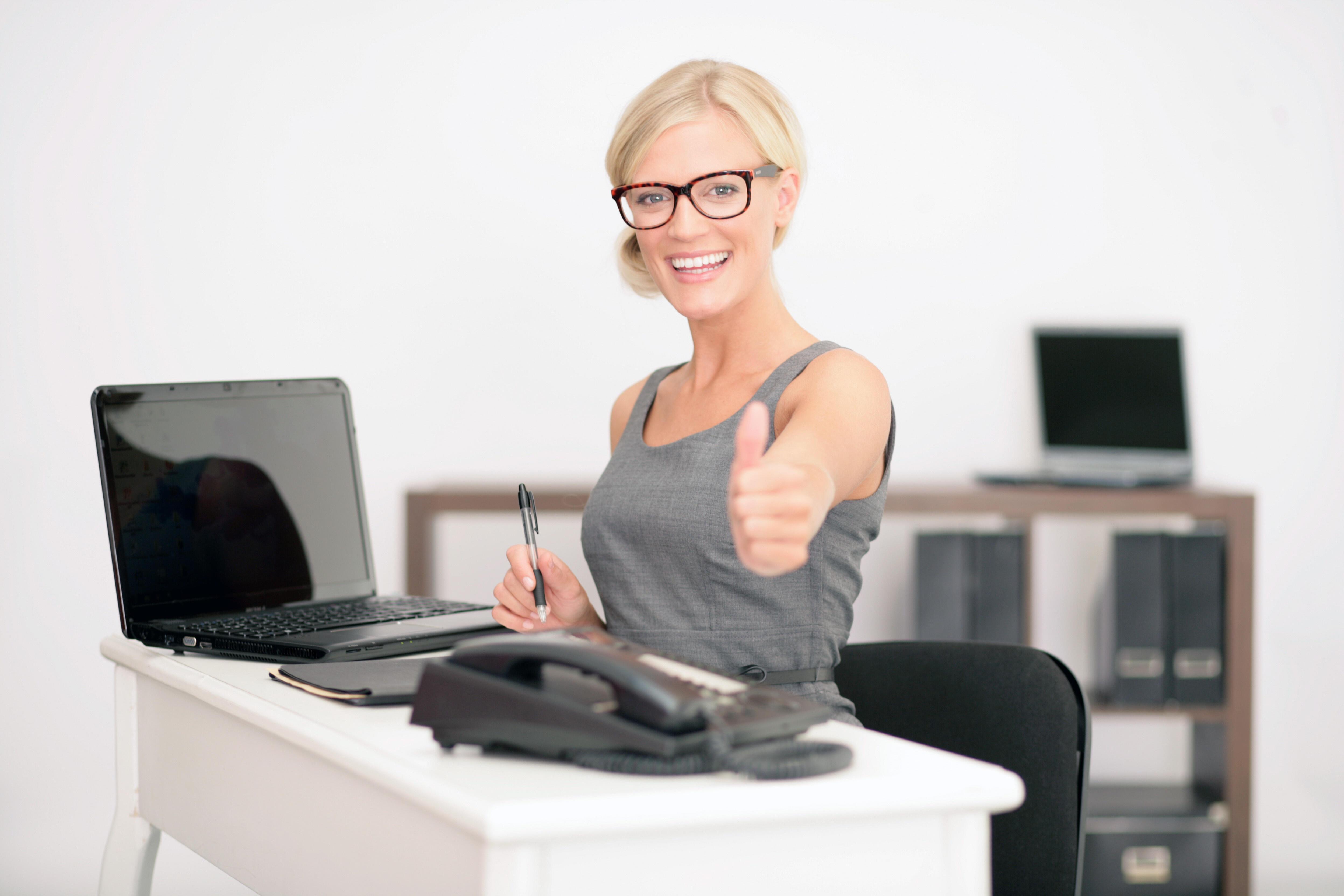 junge Frau am Arbeitsplatz